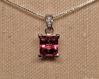 White gold pendant with tourmaline and diamonds