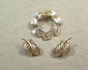 Vintage Gold Tone Leaf Demi Parure Set Brooch Clip On Earrings DL# 2940