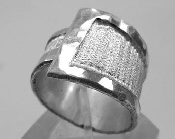 Adjustable aluminum ring, hammered at the edges and satin in the center, with personalized text.