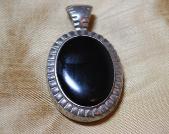 Oval black and silver tone pendant J2-010