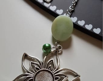 Collar shaped necklace with pendant flower