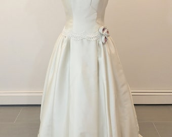 A stunning Carmela Sutera wedding dress size 6