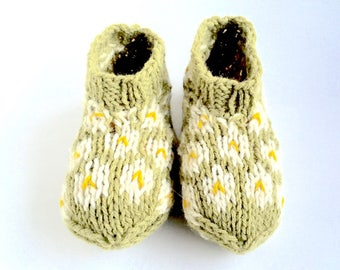 "Plant dyed bed socks/slippers ""Daisies"", size M, organic wool, knitted, pastel green, ivory, offwhite, sunny yellow, OOAK, one of a kind"