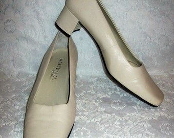 Vintage Ladies Off White Leather Pumps What's What by Aerosoles Size 8 1/2 Only 10 USD