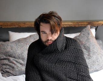 Plaid tend - hand knitted blanket made of virgin Merino wool with a monochrome pattern in anthracite melange