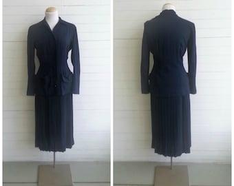 Vintage 1930s crepe suit . 2 piece skirt and jacket suit . 30s suit . size small
