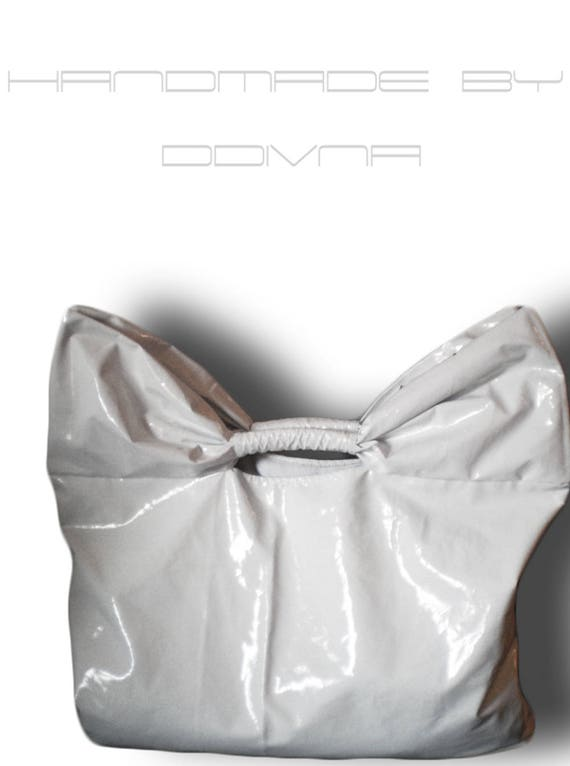 White bow tote bag of lacquer textile
