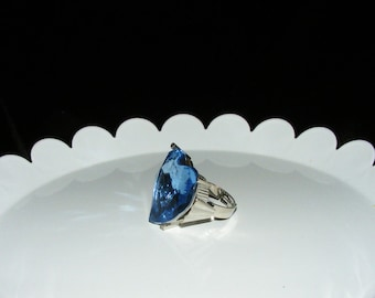 Large Blue Faceted Acyrlic Jeweled ring in size 6