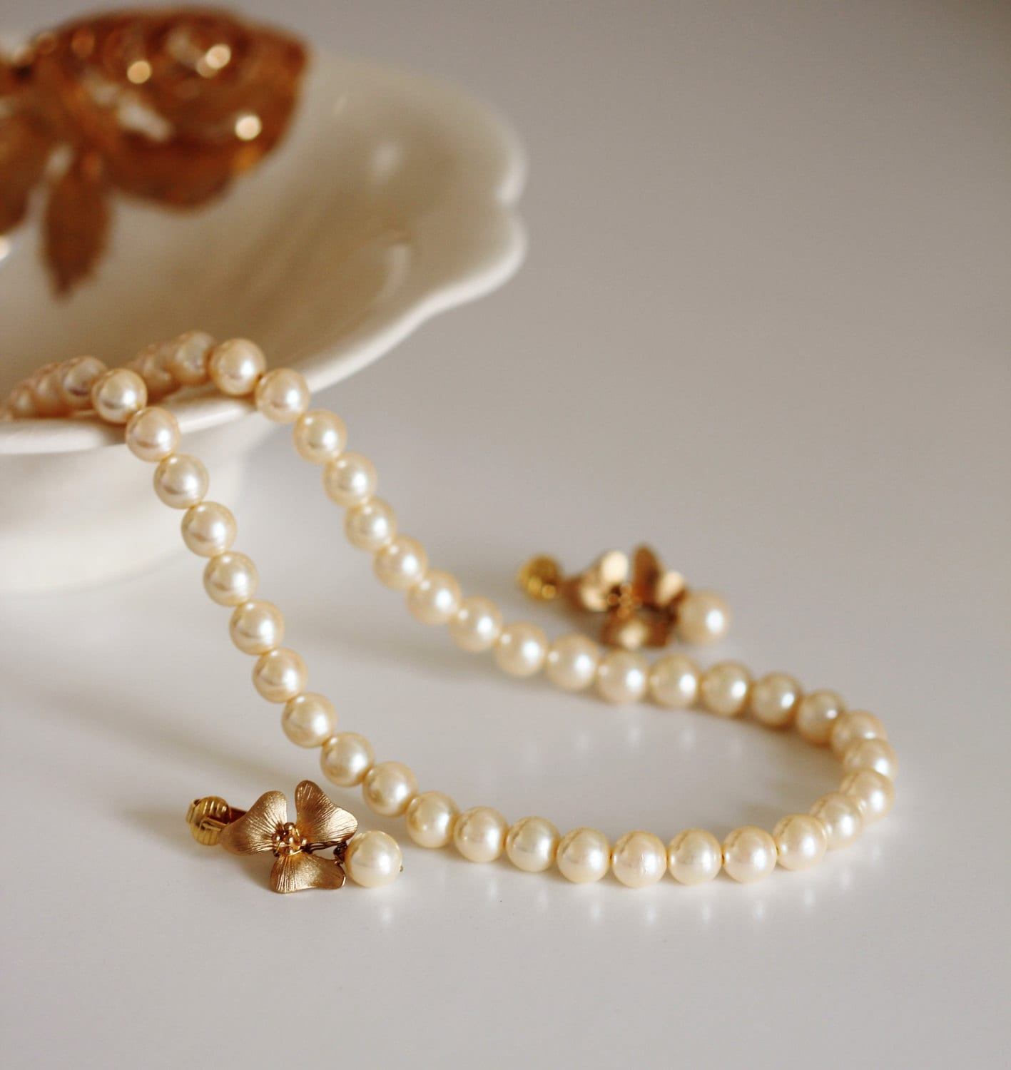 Gold Bridal Jewelry Set Vintage Style Pearl Wedding Jewelry Clip On Earrings Ivory Pearl Necklace Mother of the Bride Gift Bridesmaid Gift