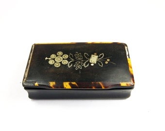Antique Early Victorian horn and tortoiseshell snuff box inlaid with mother of pearl white metal black envelope post floral spray