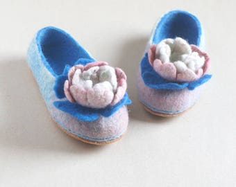 Women white blue slippers with wool felted flowers/Wool felted slippers/Shoe slippers/Soft slippers/Organic slippers/Women gift/Slipper