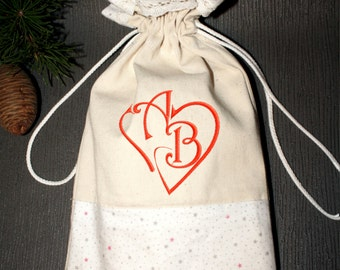 Personalized cotton gift bag with a letter