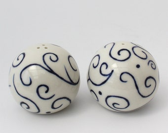 Salt and Pepper Shakers, handmade ceramic shakers, white with blue hand drawn design, lovely round shakers, comfortable to hold (N-spb-9)