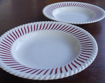 Late art deco: 2 beautiful decorated soup plates, FB 22 probably from France or Belgium, lively red lines on white earthenware.