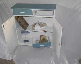 Small chest of drawers in the Shabbylook
