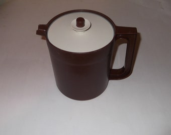 Tupperware Brown Vintage 1.5 Quart Pitcher with Lid