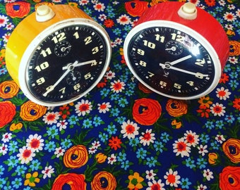 Réveil Jaz 1960s/1970s. Deux coloris disponibles. Vintage. Alarm clck. French vintage. Orange. Jaune. Décoration