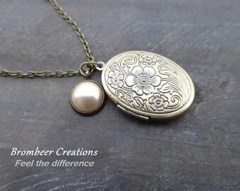 Medallion necklace, Soft pearl vintage, medallion earrings