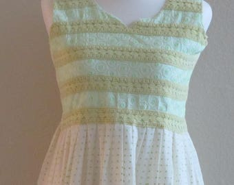 Vintage 70s Green Polka Dot Sun Dress w/Lace Bodice and Embroidered Trim