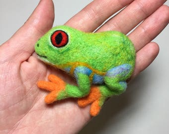Green Tree Frog brooch, Needle felted frog, Forrest animal pin, frog ornament