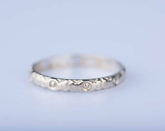 18 ct white gold engraved ring.