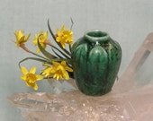 Dollhouse Miniature Arts and Crafts Vase with Daffodil in 1:12 Scale for your Dolls House