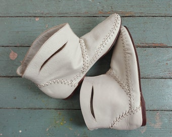 Moccasin Booties in White Leather- 1980s / 80s Boho Hippie Festival- Size 6.5