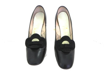 Vintage 1960s Black Leather Pumps 6.5 / Mod 60s Black Heels with Cut-out bow Vamp 37