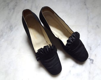 Vintage 1960s Black Silk Pumps - mod 1700s style chunky heel evening shoes with satin ruffle size 8M