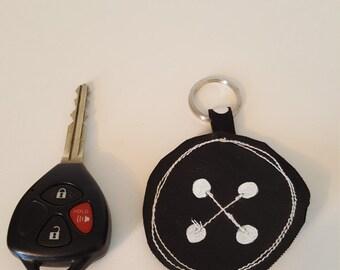 Porte-clés en faux cuir avec motif brodé
