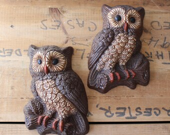 Owl wall art pair - two resin owls - vintage owl wall plaques - molded resin - woodland owl kitsch cottage decor - brown owls