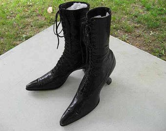 """Antique 1900 Victorian Black Leather Boots Shoes Women's Lace Up High Top, 5 AAA, 2-1/2"""" Louis Heel, Pointed Toe, Little Wear, 7"""" H, Vintage"""