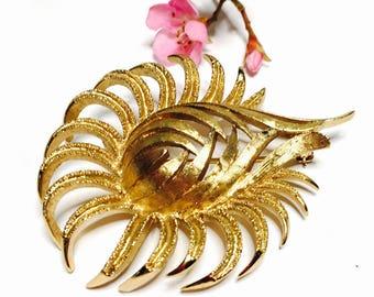 Vintage Monet Brooch, Large Gold Tone, fliwer design, Modern Design, spring Sale, Item No. B220b