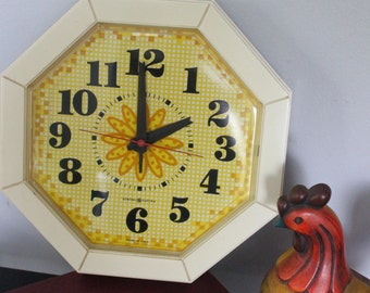 Super cheery Vintage '60's General Electric Yellow Daisy Wall Clock, Vintage GE wall clock, Yellow sunflower
