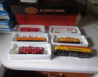 Life Like HO scale train set with track and 4 cars