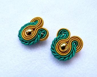 Pendientes soutache botón, pendientes soutache pequeños, pendientes oro y verde, pendientes elegantes