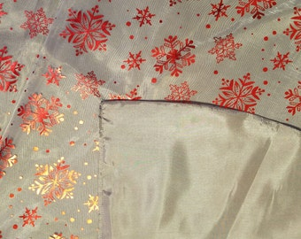 Red snow flakes tree skirt