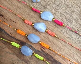 Bracelet friendship en macramé orange fluo / néon et calcédoine bleue naturelle - Perles de rocailles miyuki delica doré - Style boho chic