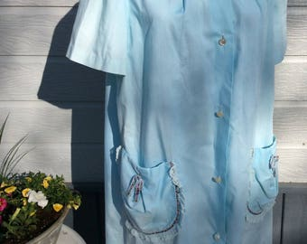 Vintage housecoat with pockets, rosebuds trim and lace