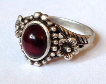 Vintage Ornate Sterling Silver 3.6g Flower Beaded Bezel Set Deep Red Garnet Gemstone Ring Size UK P - US 7.75