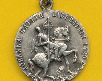 Vintage silvered metal Religious Charm Medal Pendant Sainte Jeanne d'Arc - St Joan of Arc on his horse - St Jane of Arc (ref 0753)