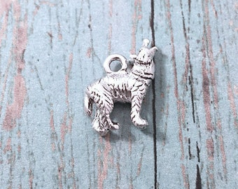 Tiny wolf charm 3D silver plated pewter (1 pc) - howling wolf charm, animal charm, lobo charm, silver wolf pendant, southwestern charm, M9