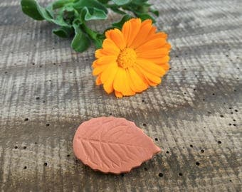 Simple leaf pin raw clay, ceramic natural brooch, eco-friendly pin, nature gift for her mom girlfriend, organic jewelry green woman, paper