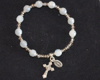 Bracelet, cloudy white and grey stretch rosary bracelet
