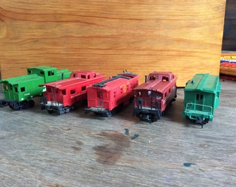 TRAINS - Five HO Cabooses- small