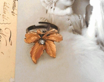 Ring Art Nouveau 19th century plated gold leaf and white stone in glass