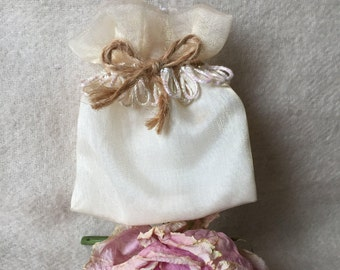 Two-tone dragees in Organza pouch