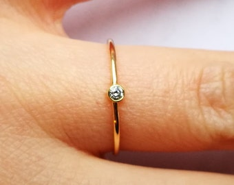 Delicate 18ct gold ring with diamond