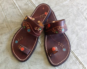 Vintage 70s Tooled Leather Sandals, NOS Toe Loop Slides, Bohemian Summer Flats with Floral Design Womens Size 4 Shoes