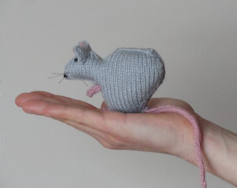 Small knitted rat - Grey rat - Mini rat figure - knitted rodent - Knitted rat keepsake